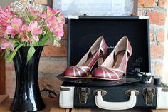 The Day Shoe . Modelo Cecilia da linha Pret-a-Porter na Marsalla com Prata Velha. Sapato de noiva do jeitinho que você sonha... #sapataodenoiva #sapatosobmedida #feitoamao #thedayshoe #sapato #saltoalto #shoe #shoes #wedding