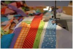 easy to learn how to make .This is an amazing strip quilt tutorial. I made a quilt using this method and I love how it turned out! Patchwork Quilt, Jellyroll Quilts, Rag Quilt, Scrappy Quilts, Quilt Blocks, Easy Quilts, Denim Quilts, Quilting Tips, Quilting Tutorials