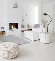 superbe deco salon blanc, tapis et coussins gris, magnifique cheminée, décor épuré, un véritable paradis