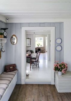 grey-blue and white wood house Swedish Interiors, Cottage Interiors, Rustic Interiors, Cottage Shabby Chic, Cottage Style, Home Interior, Interior Design, Decor Scandinavian, Porche