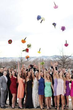 Rainbow Hochzeitsideen Bunte und Trendige Hochzeit 2014 Fotograf von Braut Brautjungfer mit Blumen Rainbow Hochzeitsideen   Bunte und Trendige Hochzeit 2014