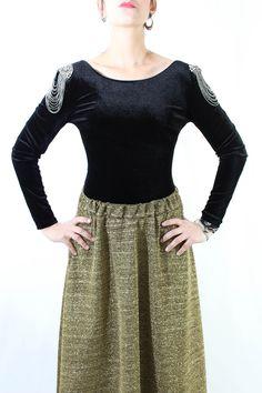 Fantástico body en terciopelo de manga larga y abalorios con cadeneta caída en los hombros para resaltar el torso. Sienta fenomenal para todas las fiestas con pantalón o falda. ¡Es taaaan bonito!