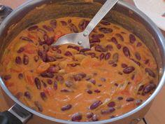 Cuisine malgache : Haricots rouges au lait de coco 1 oignon, 1 tomate, 2 gousses d'aïl, curcuma, sel, haricots rouges, lait de coco Très facile, très rapide