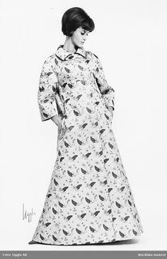 Modell i hellång mönstrad kappa. Fotograf  Uggla AB för Nordiska kompaniet c65706cdc6f8f