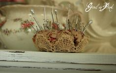 .like the doily used on the bottom of this pincushion