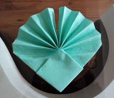 Fold Napkins – Rose / Blossom / Flower – Simple Deco to Make Wedding – DIY … - Servietten Napkin Rose, Napkin Rings, Fancy Napkin Folding, Folding Paper Napkins, Coquille St Jacques, Dinner Table, Diy And Crafts, Handmade Crafts, Table Settings