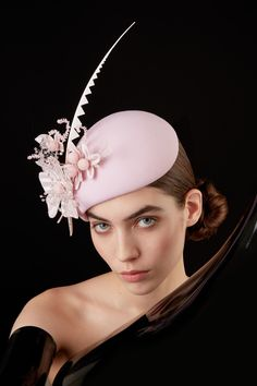 Galleries of haute couture and ready to wear hat collections and handbags. Race Day Fashion, Emo Fashion, Fashion Hats, Wedding Hats, Headpiece Wedding, Sinamay Hats, Fascinators, Headpieces, Philip Treacy Hats