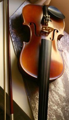 Sofigo ekibi olarak canlı müzik dinlemeye de bayılırız :)  Violin @ sofigo.com office :) yes, we are into music too!