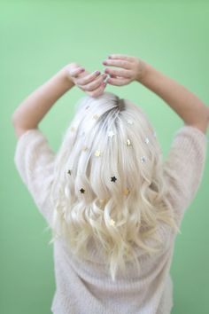 Avoid Last-Minute Color - Genius Hair Hacks from the Pros To Try This Holiday Season - Photos Pretty Hairstyles, Wig Hairstyles, Easy Hairstyle, My Little Pony Hair, Glitter Roots, Lotion, Monat Hair, Holiday Hairstyles, Pinterest Hair