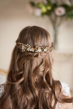 This flower and gold vine comb headpiece from AnnaMarguerite will complete the look for any boho bride.