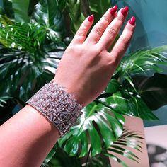 Incredible @piaget !! #dubai #dubaiart #dubailife #dubaimall #queen #royal #highjewelry #finejewelry #hautejoaillerie #love #luxurylife #luxurystyle #luxurydesign #luxuryjewelry #instagood #instalike #instagram #instamood #instafollow #inspiration #instadaily #mydubai #diamond #gold #jewelry #amazing #dream #followme #style #fabulous