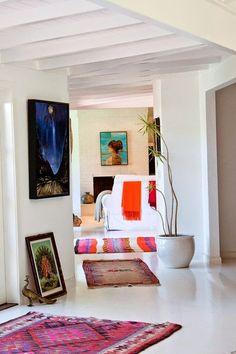 Värien käyttö valkoisessa tilassa: tummaa sinistä, oranssia, violettia, punaista, turkoosia. (Mikon mielestä sekasortoista!)