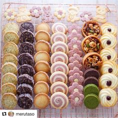 圖像裡可能有1 人、食物和室內 Kawaii Cookies, Cute Cookies, Cupcake Cookies, Cupcakes, Cookie Box, Cookie Gifts, Japanese Cookies, Icebox Cookies, Christmas Cookies Gift