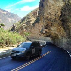 Carretera excavada en la montaña como si fuera un tunel. Gocta - Chachapoyas.