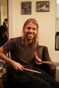 Taylor Hawkins--he's so charming.  Look at this Goldilocks..