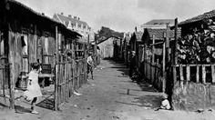 Au début du XXe siècle, Paris est entouré de terrains vagues non constructibles. Des habitations faites de bric et de broc y sont construites par les classes les plus modestes : c'est la «zone». Celle-ci accueille environ 30 000 personnes en 1930, avant la construction du boulevard périphérique.