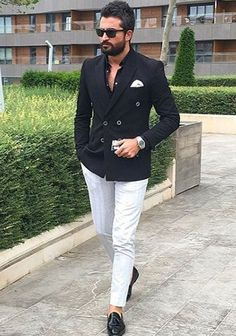Classic Black Double Breasted Blazer with white trousers. Dressing like a true gentleman is not only about fashion, but about self-discipline. Blazer Outfits Men, Groomsmen Outfits, Blazer Jeans, Mens Fashion Suits, Mens Suits, Men's Fashion, Fashion Black, White Pants Men, White Trousers