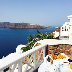 Breakfast with a view! #Santorini --------- Café da manhã com vista privilegiada!  #abelezanasceunagrecia #chegoukorres