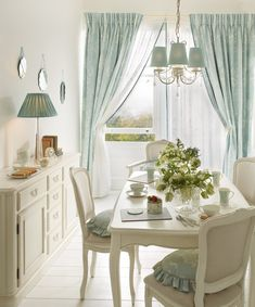 47 Cute Summer Dining Room Design Ideas If you have sliding doors in your dining room, consider decorating the interior / outdoor garden theme. You can wallpaper in a botanical pattern like . Style At Home, Casas Shabby Chic, Laura Ashley Home, Laura Ashley Living Room, Cuisines Design, Home And Deco, Dining Room Design, Dining Area, Home Fashion