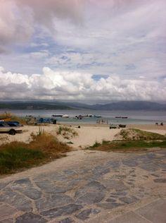 Fisterra - vista de praia Langosteira desde el Restaurante Tira do Cordel, donde probar una lubina exquisitamente preparada es casi obligación.
