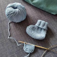 Baby-Hausschuhe (English) | Ines strickt Knitting For Beginners, Easy Knitting, Knitting Needles, Knitting Socks, Baby Knitting Patterns, Crochet Patterns, Baby Slippers, Baby Socks, Knit Baby Booties