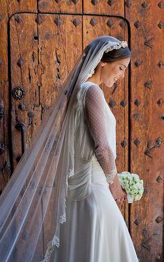 Verónica llevó el velo de tul con encaje bordado sujeto a la diadema que lució sobre su melena semirrecogida. Foto, De Apb