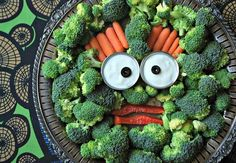 Halloween veggie tray ideas for kids party, to make fruits and veggies Fun at Your Next Kid's Party (Family Bites Diy Halloween, Halloween Fruit, Halloween Treats, Halloween Stuff, Halloween Decorations, Halloween Makeup, Halloween Costumes, Halloween Dinner, Halloween Birthday