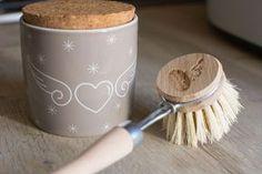 Recette de cake vaisselle super simple ! Un cake vaisselle est le remplaçant zéro déchet du célèbre liquide vaisselle. Le principe est simple, il suffit de frotter son éponge sur le blog et on obtient assez de produit et de mousse pour laver notre vaisselle !