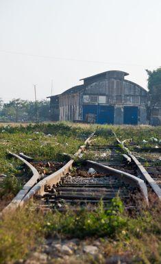 Der Bahnhof in Battambang, Kambodscha ist seit Jahren verwaist. Noch dauert es bis hier die Gleise saniert und wieder die ersten Züge rollen werden. Lust auf einen Bilderbummel durch Battambang?
