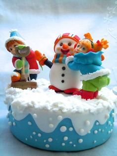 Building a snowman Christmas cake Mini Christmas Cakes, Christmas Cake Pops, Christmas Cake Decorations, Christmas Sweets, Christmas Goodies, Holiday Cakes, Christmas Catering, Snowman Cake, Classic Cake