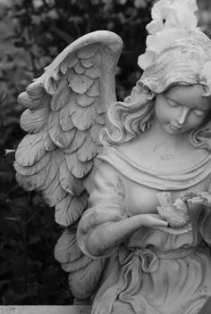 Garden angel statue by luz