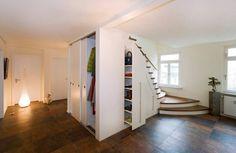 Escaleras con compartimentos y guardarropas