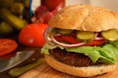 Preparar hambúrguer vegetal em casa é realmente simples! Você pode congelá-los e deixá-los para as horas de emergência, evitando comer macarrão instantâneo transgênico com molho de tomate em lata cheia de bisfenol A, economizando dinheiro e reduzindo o lixo. Além de serem uma alternativa rápida, muito gostosa e saudável não só para quem é vegetariano ou vegano. Para a preparação você pode escolher verduras ou legumes e para o empanado do hambúrguer, farinha de rosca ou de milho.