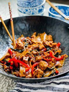 Drunken Noodles with Tofu - Thai Drunken Noodles Recipe (Pad Kee Mao) Tofu Recipes, Noodle Recipes, Spicy Recipes, Asian Recipes, Vegetarian Recipes, Dinner Recipes, Cooking Recipes, Ethnic Recipes, Dinner Ideas