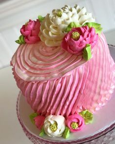 A pretty little ruffled beauty Hope your Wednesday is a sweet one! A pretty little ruffled bea Cake Decorating Techniques, Cake Decorating Tips, Cookie Decorating, Fancy Cakes, Cute Cakes, Pretty Cakes, Gorgeous Cakes, Amazing Cakes, White Flower Cake Shoppe
