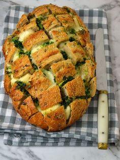 Una receta extremadamente facil y deliciosa, ideal para los amantes del pan y del queso! Tan solo con ver la imagen se no hace la boca agua, y es que este plato es sabroso hasta decir basta. En el …