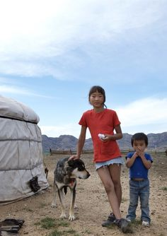 Mongolian childeren with their dog. Noord Mongolie, door: Nicole Franken
