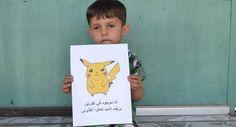 Niños sirios piden ayuda con carteles de Pokémon
