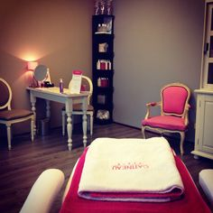 This desk would be great for the nail technician. It's warm and inviting