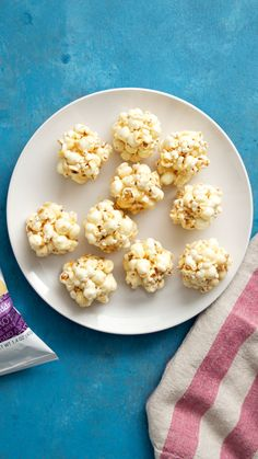 Ya, we lift – lift this protein popcorn to our mouths. Popcorn Recipes, Snack Recipes, Dessert Recipes, Cooking Recipes, Tastemade Recipes, Delicious Desserts, Yummy Food, Easy Snacks, Protein