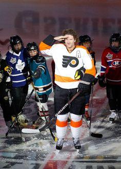 Scott Hartnell saluting Jagr during the All-Star Game Flyers Hockey, Hockey Games, Hockey Players, Ice Hockey, Scott Hartnell, All Team, Philadelphia Flyers, Espn, Nhl