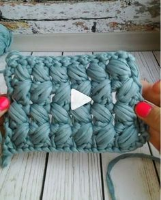 Best 12 eCrochê com fio de malha para iniciantes mbroidered, embroidery, hand e…Crochet Basket with T-shirt ya Textile Art // How to Crochet a Chunky Pillow with this Easy Video Tutorial - Salvabrani This Pin was discovered by lau Hobbies For Soft Crochet Handbags, Crochet Purses, Crochet Clutch, Crochet Flower Patterns, Crochet Stitches Patterns, Crochet Flowers, Puff Stitch Crochet, Diy Crafts Crochet, Knit Basket