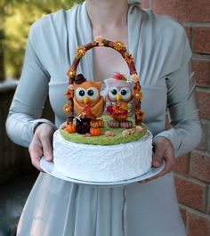 Owl wedding cake topper with floral arc and grass by PerlillaPets