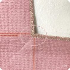 Sew in the corner with your overlock. Lift the blade, Go to the corner, pivot and sew. Sewing Hacks, Sewing Crafts, Sewing Projects, How To Make Toys, Patch Quilt, Sewing Rooms, Learn To Sew, Beading Tutorials, Sewing Techniques