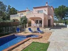 Villa spacieuse, ancienne ferme, avec piscine privée, jardin et décoration intérieure simple et accueillante