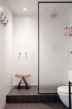<p>Vackra glasdörrar med mörkare stålram är en stark uppåtgående trend i inredningssammanhang. Här är 12 exempel på hur glasdörren kan användas som duschdörr.</p>