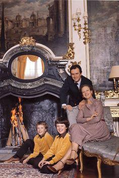Det lyser ud af dronning Margrethe og prins Henrik, at deres to sønner, Frederik og Joachim, altid har bragt dem stor lykke. Vi har samlet et galleri med søde, gamle billeder af regentparret og deres dejlige sønner.