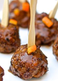 Orange Glazed Garlic Meatballs ~ These meatballs are so savory and sweet at the same time Finger Food Appetizers, Yummy Appetizers, Appetizers For Party, Appetizer Recipes, Great Recipes, Favorite Recipes, Snacks, Appetisers, I Love Food