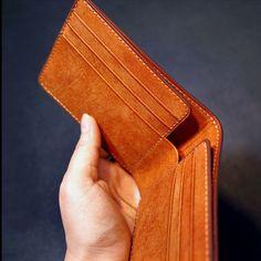 누노가죽공방은...오랜 세월을 지니고 있어도 그 가치를 발휘하는 가죽제품을 만들기 위해많은 시간,한 땀 한 땀 정성을 기울이는SlowGoods을 지향합니다.저희는... Leather Wallet Pattern, Handmade Leather Wallet, Leather Card Wallet, Leather Hats, Leather Craft, Leather Purses, Leather Carving, Wallets For Women Leather, Leather Projects