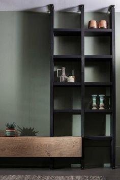 Hangend eiken tv-meubel Op en Del met zwarte boekenkast wordt op maat gemaakt - Woonwinkel Alle Pilat
